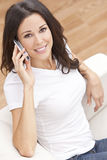 Femme parlant sur le téléphone portable mobile à la maison Image stock