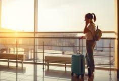 Femme parlant sur voler de attente de téléphone à l'aéroport à la fenêtre Images stock