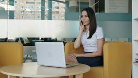 femme parlante de téléphone attrayant banque de vidéos