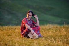 Femme parmi le champ de l'herbe photos stock