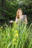 Femme parmi les iris dans l'eau Images libres de droits