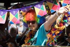 Femme participant à la fierté de Prague - une grande fierté gaie et lesbienne Photos stock