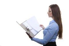 Femme passant en revue dans un dossier Images stock