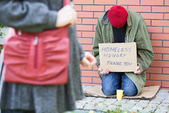 Femme passant le pauvre homme photos libres de droits