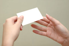Femme passant une carte à un autre femme Photos libres de droits