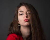 Femme passionnée dans une robe rouge photo libre de droits