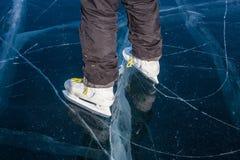 Femme patinant sur le lac Baïkal congelé Photo stock