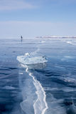 Femme patinant sur le lac Baïkal congelé Image libre de droits