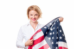 Femme patriote de sourire tenant le drapeau des Etats-Unis Les Etats-Unis célèbrent le 4 juillet Photographie stock
