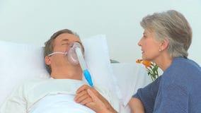 Femme payant à son mari malade une visite banque de vidéos