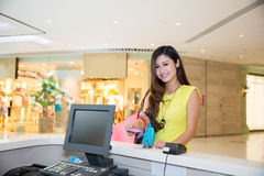 Femme payant la carte de crédit des achats image stock