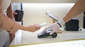Femme payant le café utilisant le téléphone intelligent cher moderne avec la configuration de reconnaissance des visages Paiement banque de vidéos