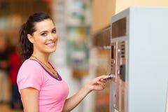 Femme payant le stationnement images libres de droits