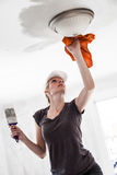 Femme peignant les bords du plafond images libres de droits