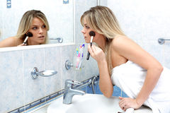 Femme pendant des sous-programmes quotidiens de matin Image stock
