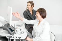 Femme pendant la consultation avec le docteur Photos stock