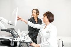 Femme pendant la consultation avec le docteur Images libres de droits