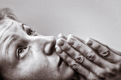 Femme pendant une prière photo stock