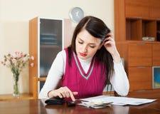 Femme pensant à la question financière Photo stock