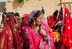 Femme pensant à quelque chose dans une foule Photographie stock libre de droits