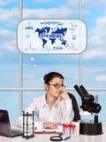 Femme pensant au développement de la science image libre de droits