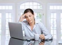 Femme pensant avec l'ordinateur portatif Image libre de droits