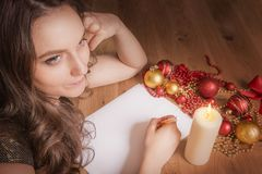 Femme pensant dans un décor de Noël Photos libres de droits