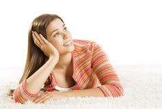 Femme pensant, jeune fille adulte rêvant le visage de maigre de main de Smilgin Photos stock