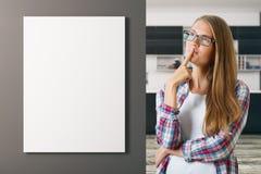 Femme pensif dans la cuisine Photos libres de droits