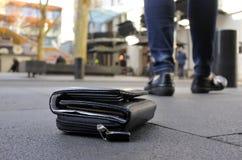 Femme perdant son portefeuille sur la rue de ville Photo libre de droits