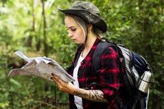 Femme perdue au milieu de la forêt Photos stock