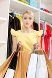 Femme perdue dans les achats Photos stock