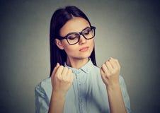 Femme perfectionniste regardant des clous hantant au sujet de la propreté images libres de droits