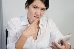 Femme perplexe pensant dur Images libres de droits