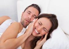 Femme perturbée avec l'homme ronflant Images stock