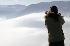 Femme photographiant au-dessus des nuages Photographie stock