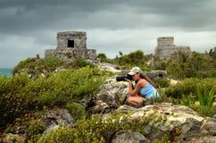 Femme photographiant la côte des Caraïbes avant la pluie contre Photos stock