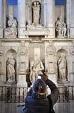 Femme photographiant la statue de Moïse par Michaël Angelo Photographie stock libre de droits