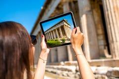 Femme photographiant le temple de Hephaistos en agora Photographie stock libre de droits