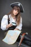 Femme - pirate avec la carte de mer et la glace de loupe Images libres de droits