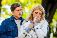 Femme pleurant après la dispute avec l'homme images stock