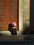 Femme pleurant avec le foulard Photos stock