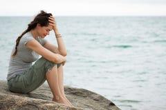 Femme pleurante bouleversée par l'océan Image stock