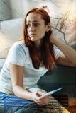 Femme pleurante semblant frustrée tout en tenant un essai de grossesse image stock