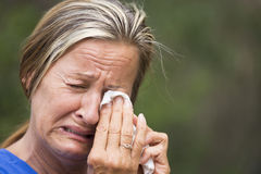 Femme pleurante soumise à une contrainte dans la peine Photographie stock libre de droits