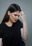 Femme pleurante triste ayant une migraine image stock