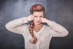 Femme pleurante triste sur le fond de tableau photographie stock