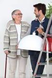 Femme plus âgée de aide d'homme Photos stock