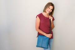 Femme plus âgée heureuse avec le sac à main Photographie stock libre de droits