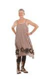Femme plus âgée heureuse dans les gaines et la robe fleuries image libre de droits